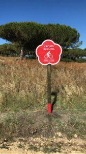 Gigantia, minucioso montaje de la señalética para el Parque La Loma de Sancti Petri