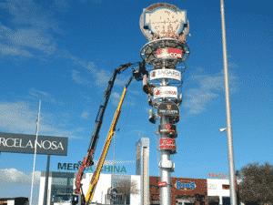 advertising totem gigantia holmes place